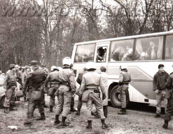 Pred teniškim centrom na Fazaneriji so Gringosi z ovirami na cesti zaustavili avtobus Dragonsov, vendar je policija množičen pretep uspela preprečiti