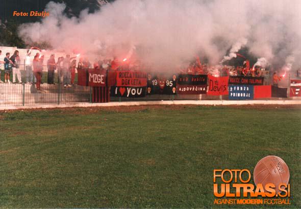 Čeprav je bil stari stadion Primorja verjetno brez konkurence najslabši med stadioni v zadnjih letih je premogel navijaški sektor za golom; novi stadion v Ajdovščini je žal premalo domišljen in preveč racionalen, da bi se lahko v naslednjih letih tekme odvijale brez izgredov