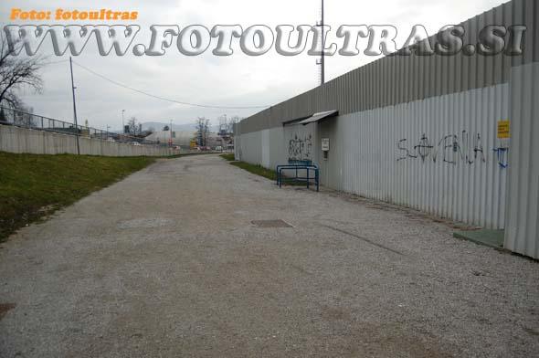 Tudi na južni strani stadiona je še nekaj prostora (tega ne omejuje Kamniška Bistrica, temveč glavna cesta) za morebitno novo tribuno