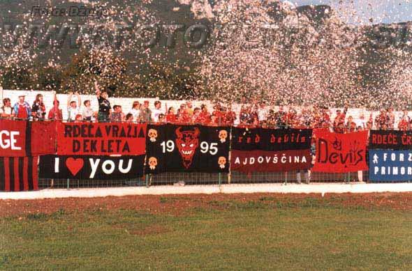 Domači navijači Red devils na tekmi proti Olimpiji v sezoni 1995/96