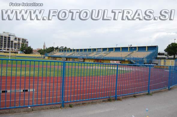 Za golom na južni strani uradno ni stojišč, vendar bi v primeru potrebe ob manjših kozmetičnih popravkih lahko občutno povečali kapaciteto stadiona