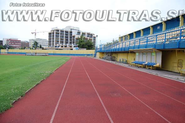 Bonifika ni pravi nogometni stadion, saj med drugim igrišče obdaja atletska steza