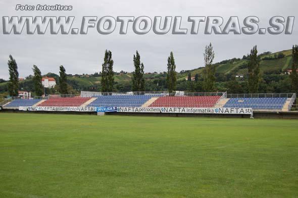 Na manjši nepokriti tribuni na vzhodni strani stadiona je nameščenih 957 plastičnih sedežev