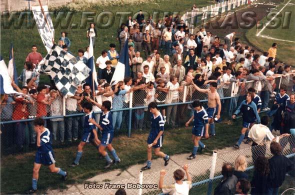 Mimohod nogometašev v slačilnice na severovzhodnem delu nekdanjega stadiona