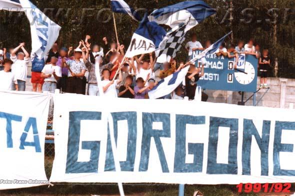Že od nekdaj Gorgone navijajo na vzhodni strani stadiona; na sliki med tekmo proti Ljubljani v sezoni 1991/92