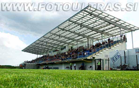 Lepemu stadionu v Lendavi oceno močno pokvarijo obupno stojišče za gostujoče navijače oziroma odsotnost navijaških tribun