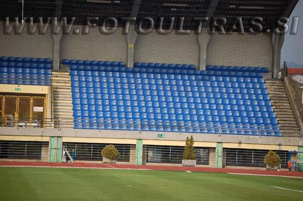 Zadnji sektor na glavni tribuni (poleg lokala), ki ga pogosto zasedejo gostujoče navijaške skupine, na velikih tekmah pa Dragonsi