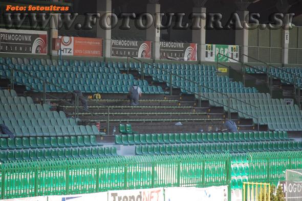 Namesto dotrajanih sedežev brez naslonjal so namestili nove sedeže z naslonjali temno zelene barve